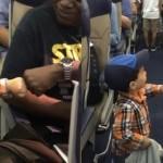 思わずにっこり!?・・・機内で乗客とフィスト・バンプで挨拶を交わす2歳の男の子
