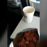 機内で遭遇した、知らない相手にお菓子を分けざるを得ない状況