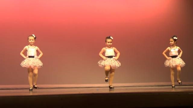 ダンスの発表会で覚醒した女の子 → 大いに会場を沸かせる(笑)