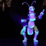 暗闇で発光する地球外生命体のような虫型パペット人形がおもしろい!