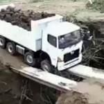 橋の上で脱輪して立ち往生するトラック → 脱出方法が予想外!