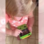違うそうじゃない(笑)!?・・・ゲームボーイの操作方法が分からず困惑する幼児