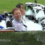 オープンカーをお風呂に改造!・・・ 風呂に入ったままのドライブが楽しそう♪