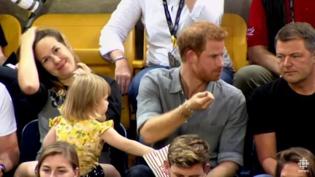 ヘンリー王子のポップコーンをこっそり盗み食いする小さな可愛い泥棒が話題に