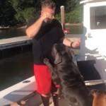 愛犬にオヤツをあげようとした飼い主に起きた思わぬハプニング