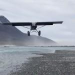 強風の中、滑走距離ゼロで究極の着陸を敢行する軽飛行機がスゴイ!
