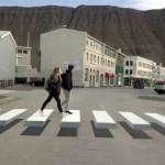 路上に描かれた横断歩道が立体的に見えるトリックアートがおもしろい!