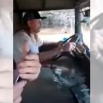 胸の辺りまで水浸しになりながら、浸水した道路を走り続けるトラック運転手がスゴイ!