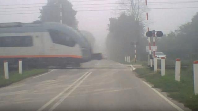 遮断機が下りる前に列車が通過 → 整備不良の踏切が恐ろしい!