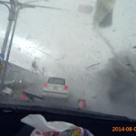 走行中の車に背後から襲いかかるハリケーンの恐ろし過ぎる映像