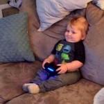ソファに座って2プレイヤーゲームをしている独りっ子、さてそのお相手は・・・?