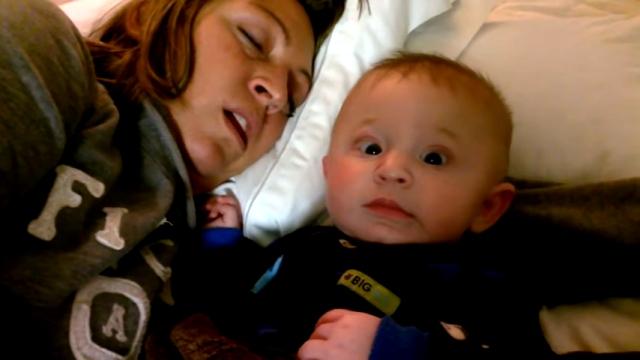 添い寝するママの大きな「いびき」に怯える赤ちゃん(笑)