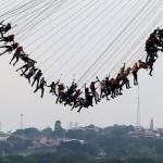 245人の人間が橋の上から同時に飛び降りるバンジージャンプが豪快すぎる!