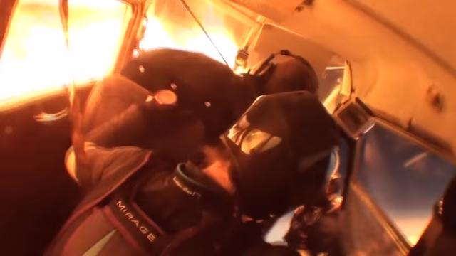 スカイダイバーを乗せた2機の軽飛行機が接触炎上、緊急脱出するダイバーたちの恐ろしい映像