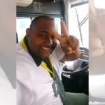 カメラを向けるとハンドルから手を離し、ピースサインで愛嬌を振りまくバスの運転手が怖すぎ!?