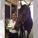 誕生日を祝ってもらう馬 → 嬉しさのあまり予想外の反応が・・・