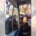 まるでゾンビの集団!・・・我先にとバスに乗り込もうとする乗客たちが恐ろしい