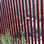 米国とメキシコ国境のフェンスを越えて不法入国する男性・・・あまりに簡単すぎて驚き!