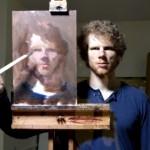 鏡に映る自分とキャンバスを見ながら、自画像を描くアーティストがスゴイ!
