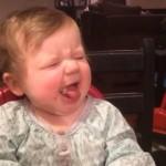 パイナップルの酸っぱさに顔をしかめる赤ちゃんがカワイイ