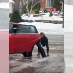 凍りついた路上で立つことすらできない女性に爆笑するおばあちゃんたち