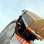 デモンストレーションで急勾配を登る四輪駆動トラックがスゴイ!