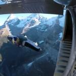 ウィングスーツで滑空しながら軽飛行機に飛び移る離れ業がスゴイ!