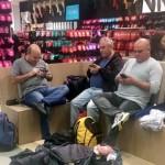 風習、文化、いろいろ違えども、女性の買い物に付き合う男性の姿は万国共通らしい 20枚