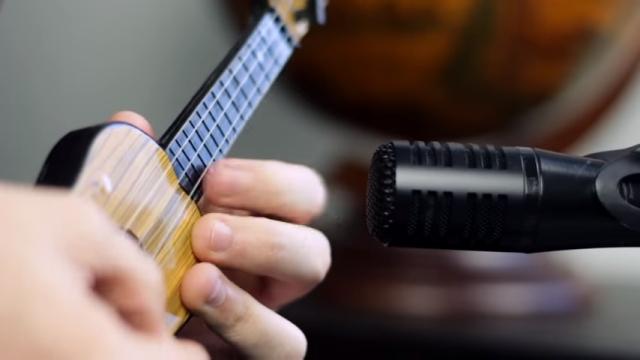 1ドルで買ったおもちゃのギターをプロのギターリストが演奏してみた結果