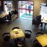レストランに入ろうとした男性・・・信じられないハプニングに遭遇!