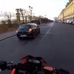 逃がすものか!?・・・ひき逃げする車とカーチェイスを繰り広げるサンタクロース姿のライダー