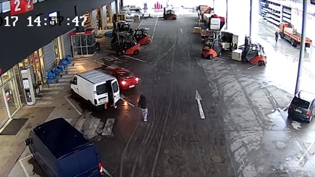 車で逃走する窃盗犯を取り囲んで捕まえるフォークリフトの連係プレーがスゴイ!