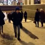 凍てついた坂道を独自の遊び方を見出して楽しむロシアの若者たち