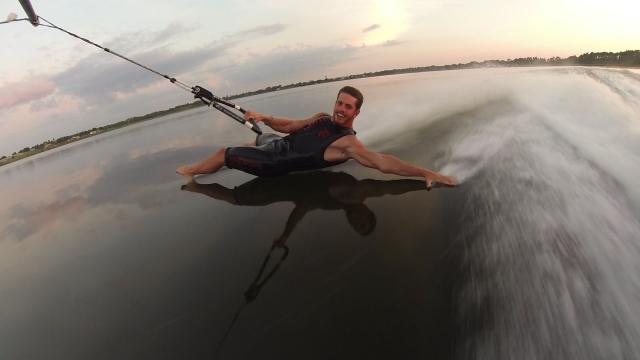 裸足で水面を滑るベアフット水上スキーの達人の技がスゴイ!