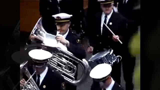 マーチングバンドの演奏を台無しにするイタズラ男