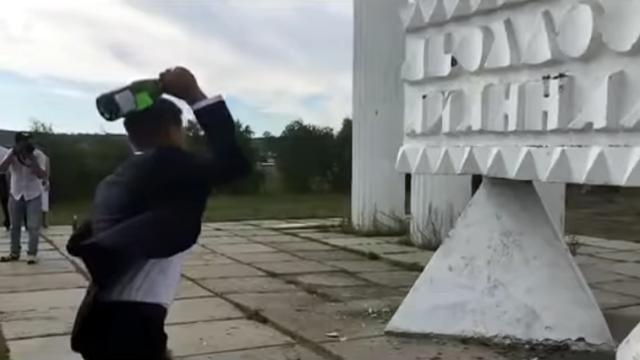 シャンパンボトルを叩き割ろうとした男性に起きた類い稀なハプニング