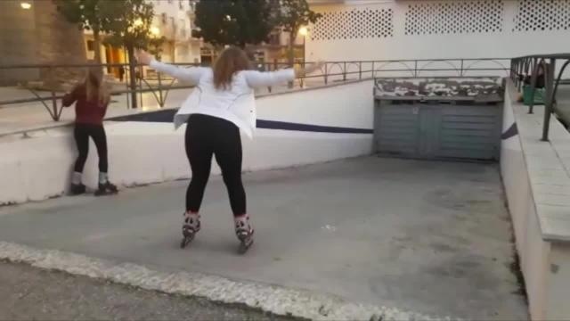 インラインスケートに乗ったお姉さん、止まり方が分からず想像通りの展開に(笑)