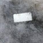 スマホを紛失して1ヵ月後、凍結した道路で氷漬けになったスマホを発見した男性