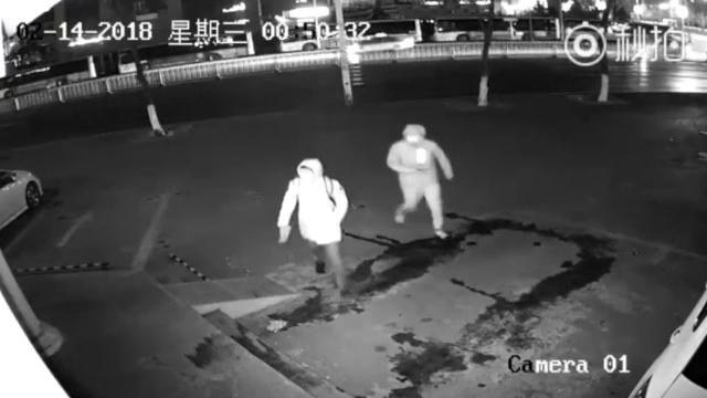 店に侵入する前に自滅!?|防犯カメラに映った2人組の泥棒がアホ過ぎて笑える