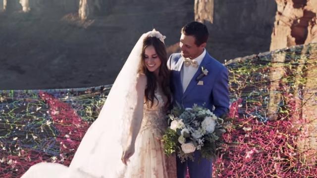 地上400フィートの空中で結婚式を挙げるカップルの息を呑む光景