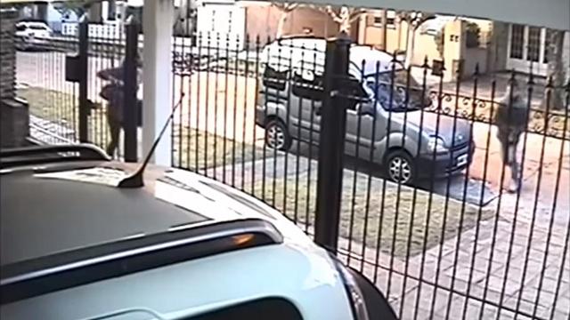 路上強盗に襲われるも、機転の利いた対応で所持品を守り切った女性
