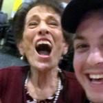 90歳のおばあちゃんの誕生日に新しいエプロンをプレゼント→気に入ってくれたかな?