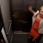 エレベーターが故障して急上昇!?ビルを突き破って遥か上空まで打ち上げられてしまうというドッキリ映像