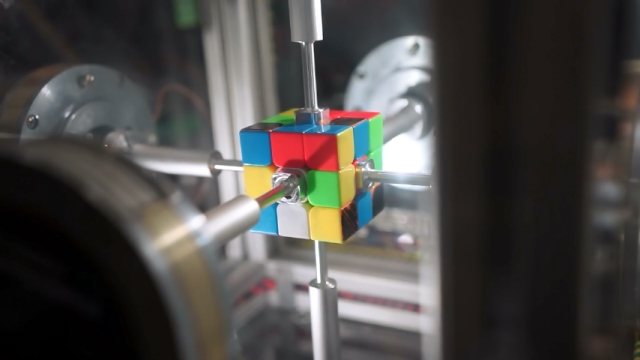 これはスゴイ!! わずか0.38秒でルービックキューブを揃える高性能ロボット