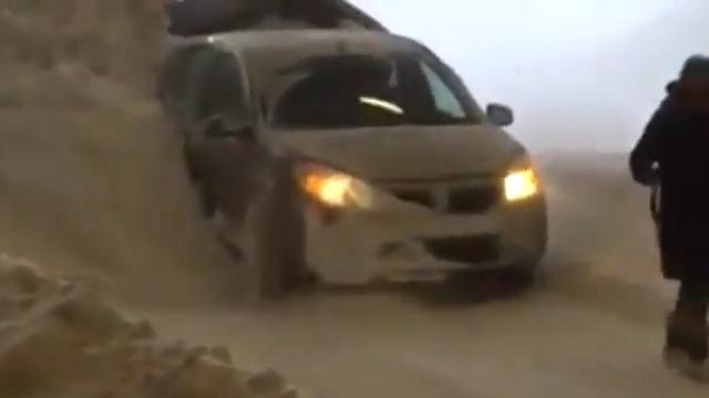 雪で立ち往生する車を大胆な方法で救出する除雪車がスゴイ!