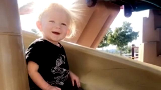 滑り台で遊ぶ男の子、静電気で髪の毛がスゴイことに・・・