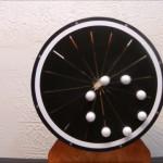 直線移動を繰り返す8つのボールが円を描いて移動しているように見える錯視