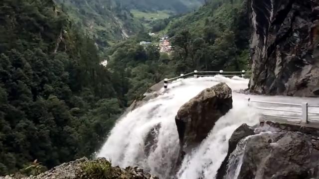 崖っぷちを走り、しかも滝が流れ落ちるネパールの山道が恐ろしすぎる!