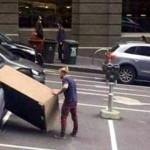 これは無理でしょ!?・・・大きな荷物を無理やり車に積み込もうとする人々