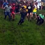 イングランドで毎年開催される「チーズ転がし祭り」がおもしろい!